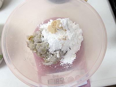 イモ100gあたり、タピオカ粉大さじ3、片栗粉大さじ1、砂糖大さじ1を混ぜる
