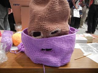 目出し帽に目出し帽を重ねつつ編み足す