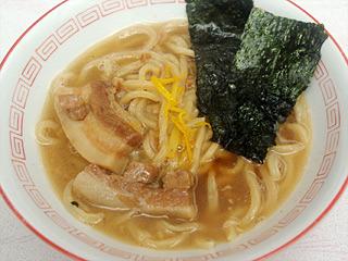 ユズを効かせた濃厚鶏ガラスープは、モチモチの太麺とよく合い、自画自賛だが絶品だった。