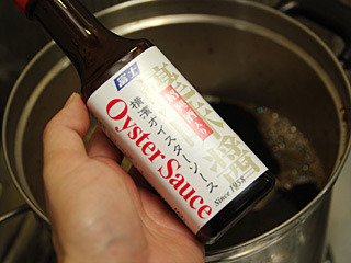 オイスターソースも1瓶いれちゃえ。他にも酢やらナンプラーやら鶏ガラスープの素やら。