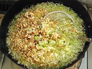 本当はピリカラの油にしたかったのだが、子供も食べるだろうから唐辛子は入れなかった。