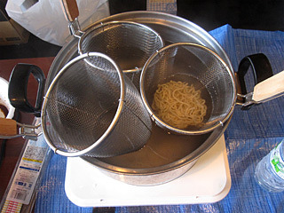 せっかく3つ買った麺を茹でて湯切りするザルが鍋に入らない!