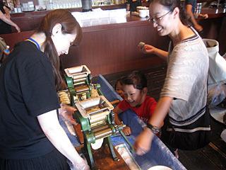 肝心の製麺機は有能なボランティアスタッフに丸投げしてしまった。私の3倍親切な対応。