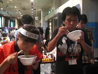 レバ刺しのハチマキ巻いて夢中でラーメンをすするライターのさくらいさんと、自家製麺二回目となる北村さん。