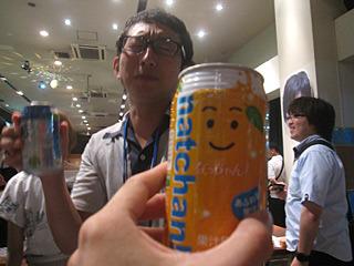 車で来ているのでおとなしくジュースを飲んでいたら、目の前でうまそうに氷結を飲みだしたライターの斎藤さん。