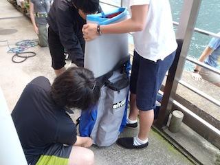 パドルボードはこんな大きさに折り畳み、リュックになって持ち運べるようになっている(10kgを背負う覚悟があれば)