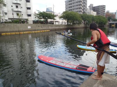 ボードを川に浮かべて