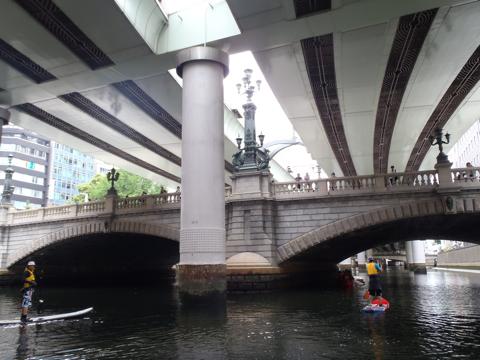 しかし日本橋の上をゆくひとに、かなり物珍しがられる。