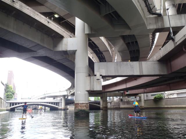 江戸橋ジャンクションのこの最もおかしな構造をした橋脚も、近くで存分に堪能できる。下のジョイントパーツみたいなのでちょいっとつなげてるあそこ、何度みてもおかしいよね。なんでこうなったのかしらね…。