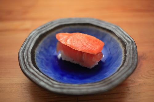 寿司といえばトロ。しかしシャケ乗せる。