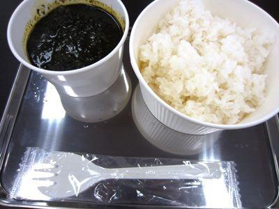 黒いカレー。味は美味しかったです。