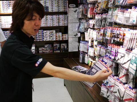 ミニ四駆のレースに詳しい店員さんに今大会用パーツを選んでもらう。