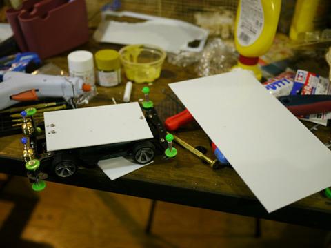 また部品を買い出しに行き、プラ板でボディを作りその上にのせることにした。山車みたいだ。