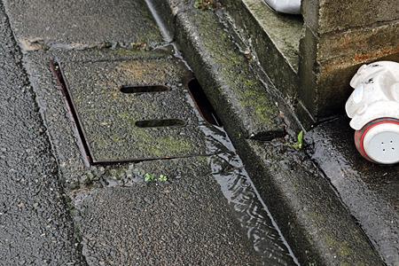 流れ込んだ本流は側溝に落ちてゆく