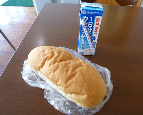 店内と椅子と机もあるので、その場で食べてきますよ。