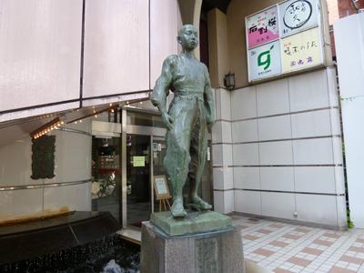 晒されちゃった啄木さん。銅像ですが。