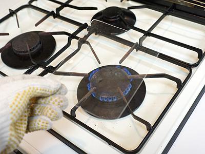 ものすごくゆっくり熱します(ガスコンロだと熱しすぎて一気に溶け散ってしまうので)。