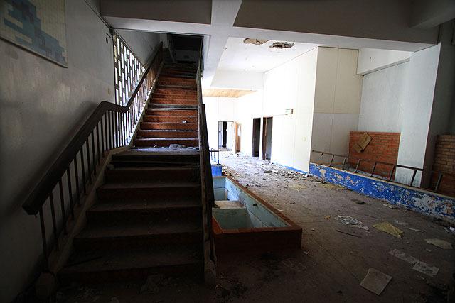 2階へと上がる階段。
