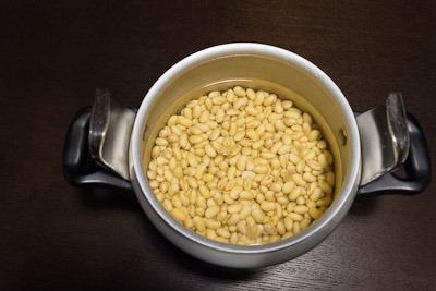 浸け始めて6時間経過した21時。大豆の膨らみ方がハンパじゃない。