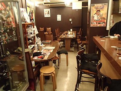 店内はテーブルが4つにカウンタ席が5席ほど。