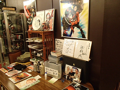 店内には貴重なポスターやサインがそこかしこに貼られている。