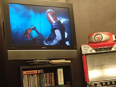 「仮面ライダー」を始め、佐々木さんの出演した作品のDVDやビデオが揃っています。どれでも自由に見られます。