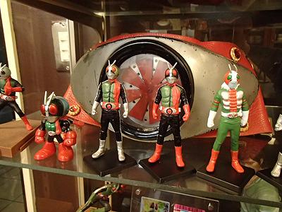入り口近くのショーケースには仮面ライダーのフィギュアやベルトなど多数展示。ライダー1号、2号、V3!