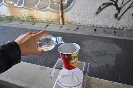 慎重に水を注ぐ。