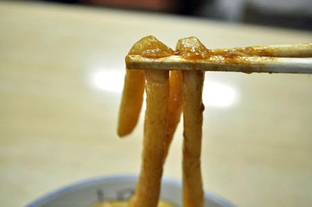 持ち上げるだけで箸が食い込む硬さ。