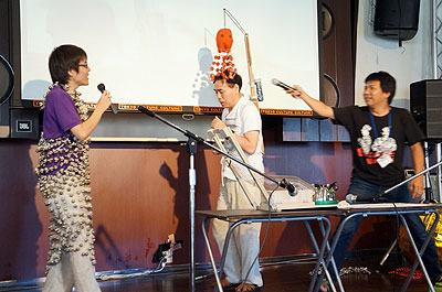 珍スポットライターの北村さんと、発明家・高橋さん</a>の発明品実演ライブ。