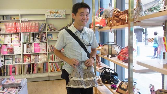 女性向けの本屋さんにて。小野さんのお薦めはスカートに見える可愛いバッグ