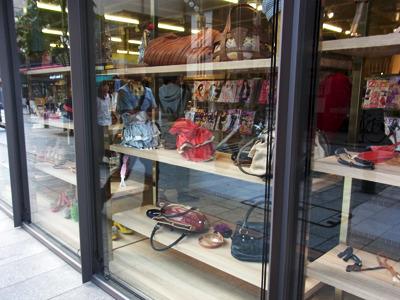 窓側にはバッグや小物が並んでいる。これは男性や私のようなタイプが入るには敷居が高い気がする