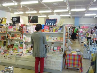 やはり店内は女性ばかりだ!と思ったら棚の向こうに一人男性がいました