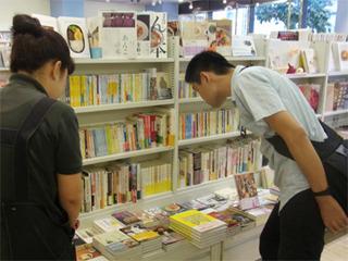 スイーツの本に食いつく小野さん。