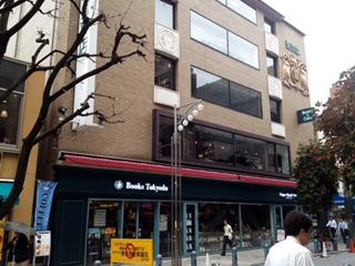 ちょっとお固めの雰囲気のある本店。1Fから3Fまでカフェコーナーあり。
