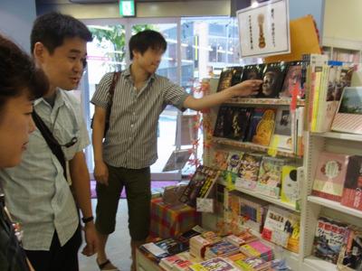 ちなみに裏の棚は仏像、京都、短編、カフェのフェア。あ!男性のお客さんだ。
