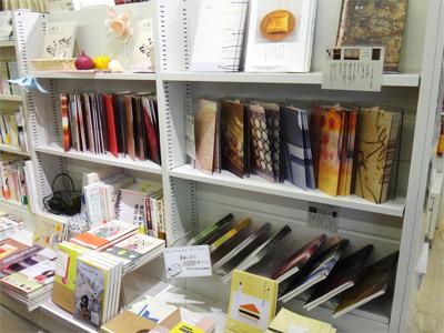 雑貨も売ってるお店だから完全にノートに見えてたけども。