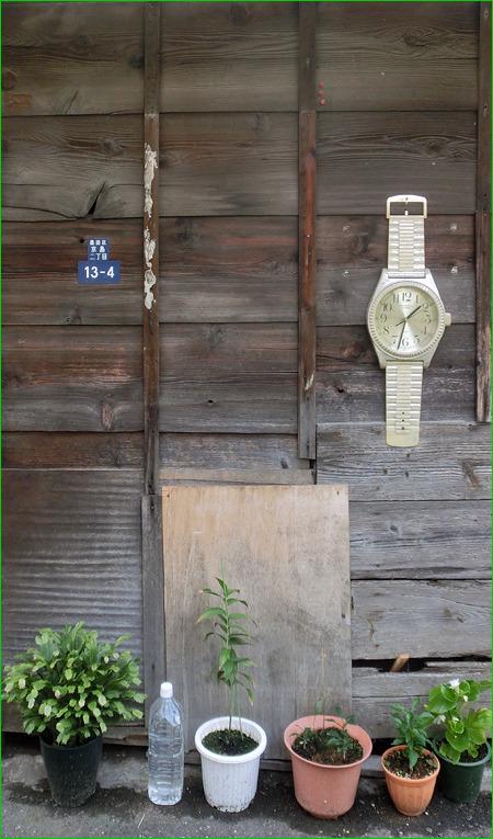 あと、なつかしいでっかい腕時計。なぜか屋外に。