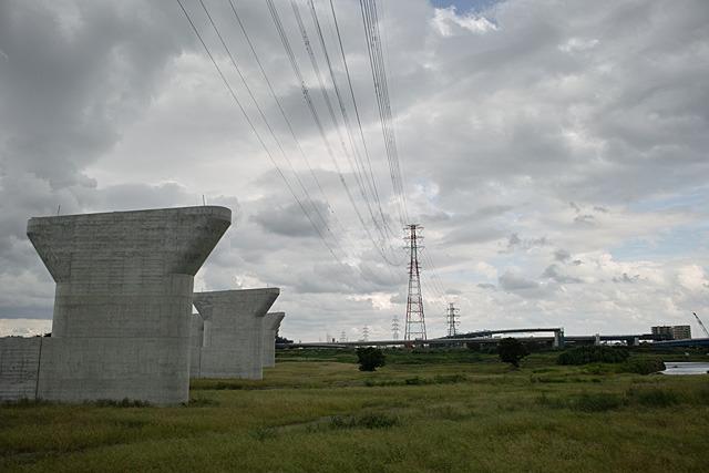 建設中のジャンクション、鉄塔、橋脚のコラボレーション。