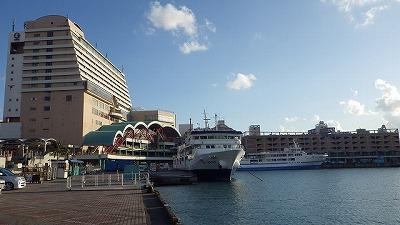 舞台は沖縄の海の玄関口、泊港に注ぐ川。
