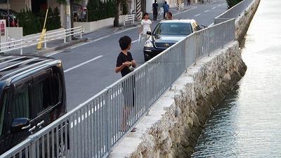 地元の少年が釣りをしている。話しかけてみよう。