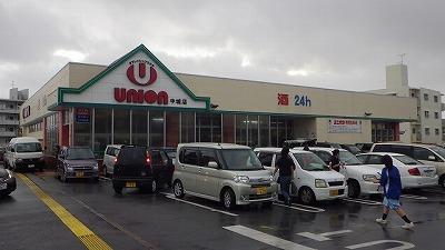 台風でも開いているスーパーがある。