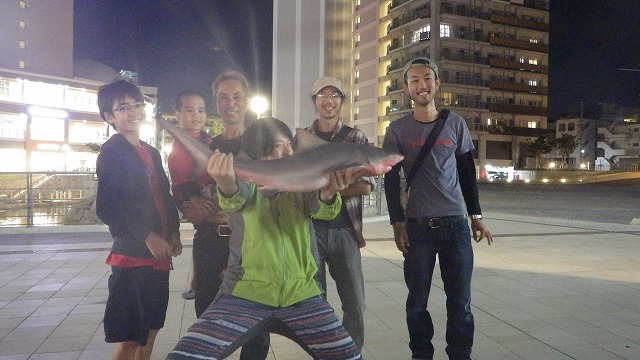 Kくんはじめ、協力してくれた地元の方々と。この人たちと出会わなかったら、このサメは釣れなかった。