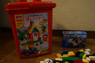 左が「赤いバケツ」。右の白バイのような小物を買って増殖させるのもレゴの楽しみのひとつ