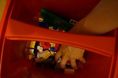 ちなみにテレビ見ながら、電話しながら、の ながら無意識レゴは、床に散らかさずバケツからランダムにつかんで組むのがおすすめ