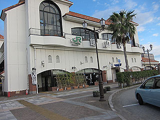 地中海を思わせる館山駅の駅舎。かわいい。