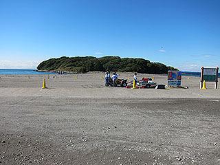 奥の緑のこんもりが沖ノ島だ。