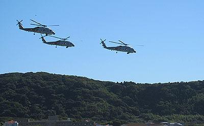 そして自衛隊のヘリが飛んでた。すぐ近くが基地なのだ。編隊飛行かっこいー。