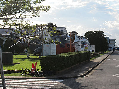 自衛隊基地の門外から展示ヘリを激写。オスプレーはない。残念。