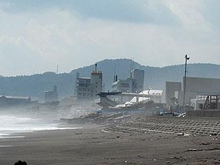 遠くには潮風に煙る鴨川シーワールド。